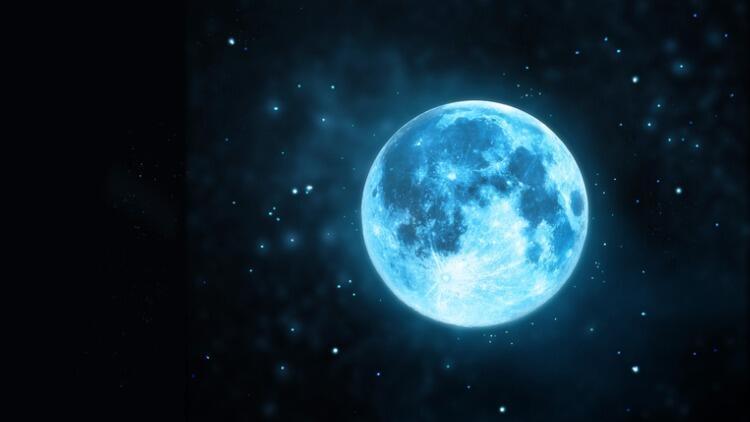 Boğa Burcunda Mavi Ay: Karanlıkta Bir Süslü Yılbaşı Ağacının Altındaki Hediyeler…