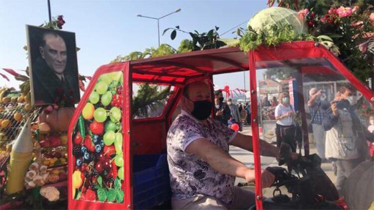 Motosikletini sebze ve meyvelerle süsledi, törene katıldı