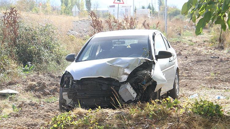 Otomobil direğe çarparak tarlaya düştü: 3 yaralı