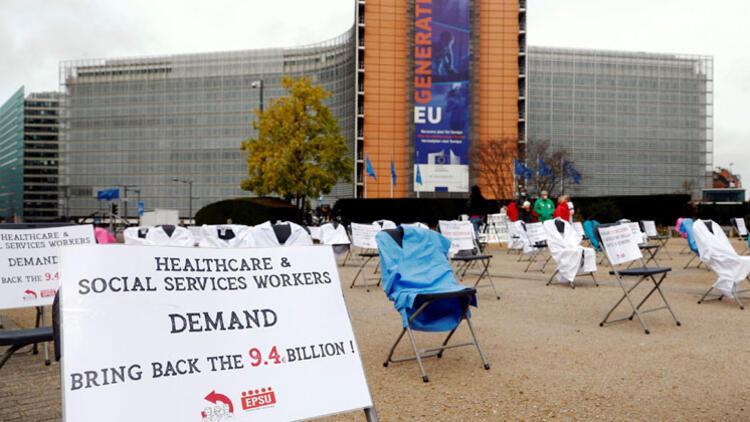 Brüksel'de beyaz önlüklü boş sandalyelerle protesto