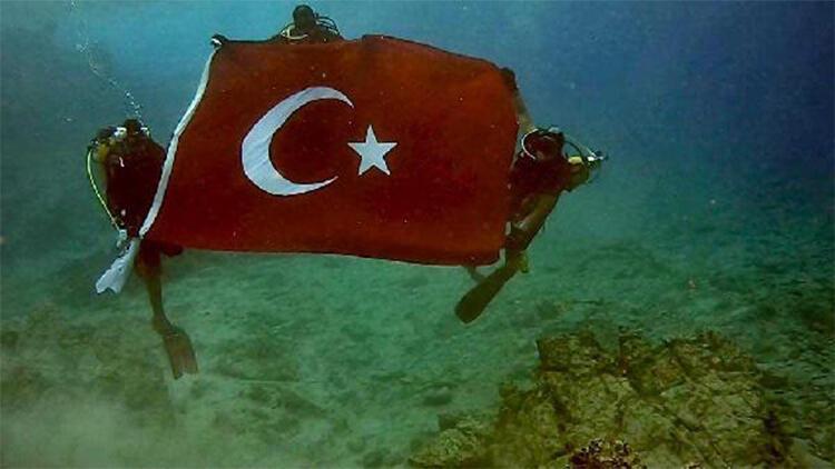 Deniz altında Türk bayrağı açarak cumhuriyeti kutladılar