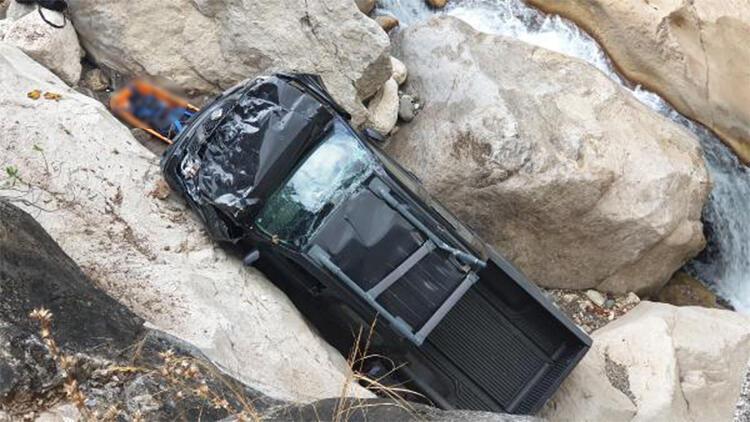 Dere yatağına yuvarlanan kamyonetin sürücüsü öldü