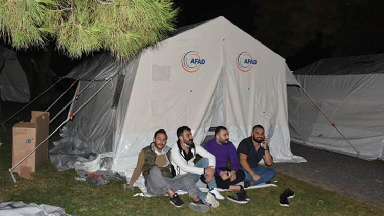 İzmirliler geceyi sokakta geçirdi