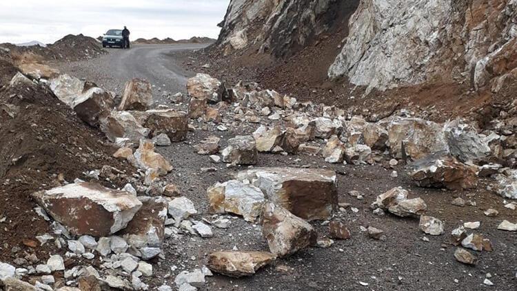Şiddetli yağış kaya parçalarını kopardı