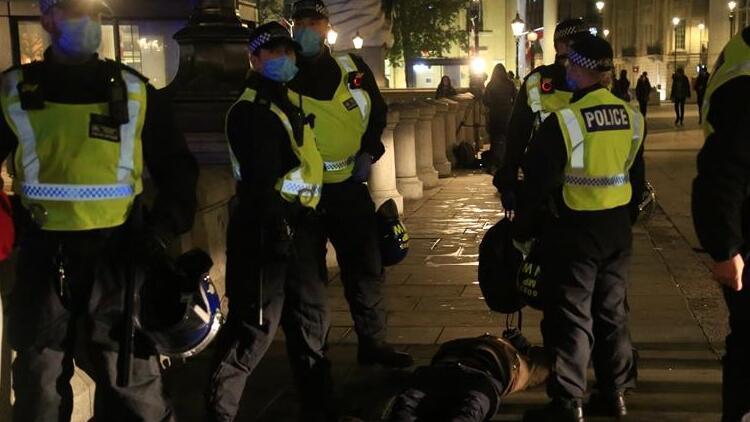 İngiltere'de karantina olaylı başladı: 104 kişi gözaltına alındı!