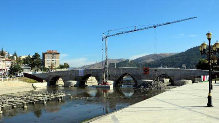 770 yıllık tarihi köprüdeki sprey boyalar silindi