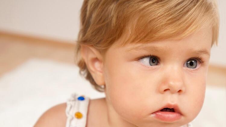 Bebeklerde göz kaymasının sebebi nedir?