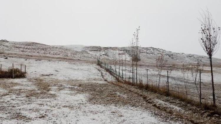 Ağrı'ya mevsimin ilk karı yağdı