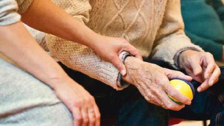"""""""Alzheimer'ı yavaşlatmanın bir diğer yolu hasta yakınından geçiyor"""""""