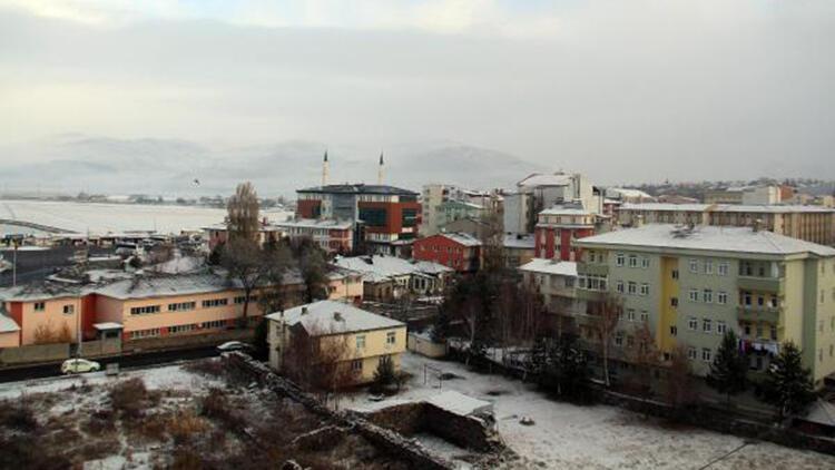 Ardahan kent merkezine mevsimin ilk karı yağdı