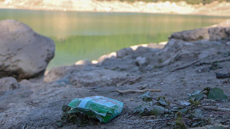 Antalya'da göletin suyu çekildi, çöpler ortaya çıktı