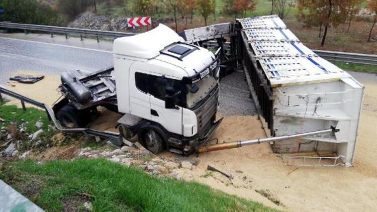 Devrilen TIR'ın sürücüsü yaralandı, tonlarca buğday yola saçıldı
