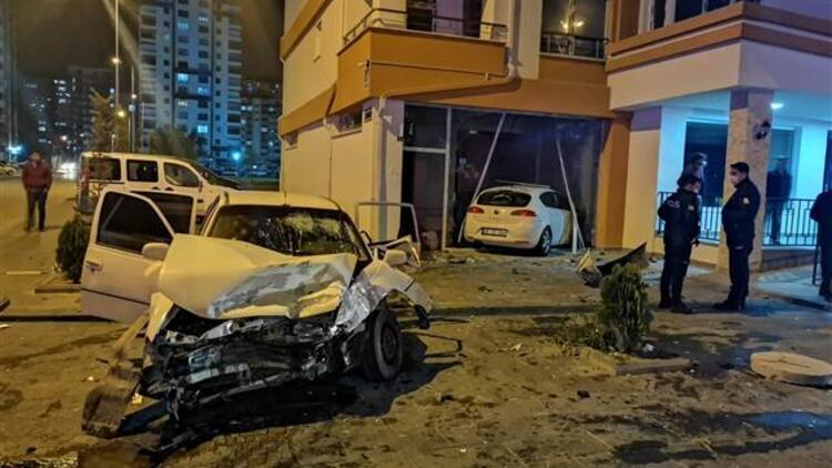 Kayseri'de kaza! Araç dükkanda içeri girdi, yedi yaralı var