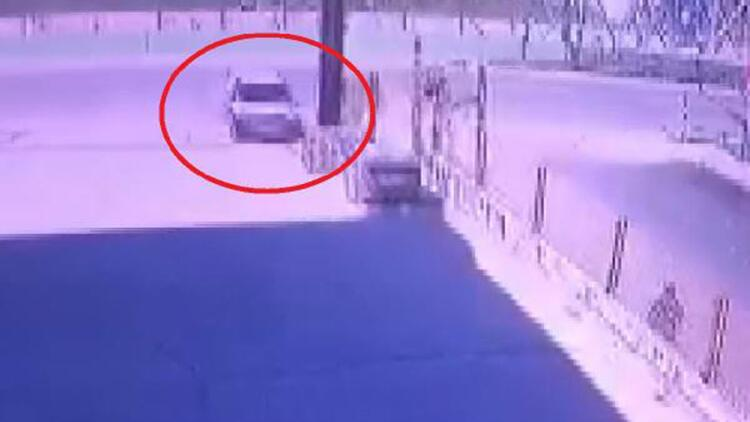 Hafif ticari aracın köprü demirlerine çaptığı kaza kamerada