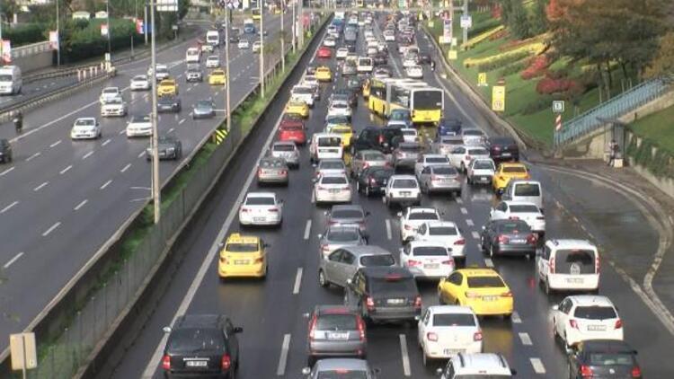 Sokağa çıkma kısıtlaması bitti! Ataşehir'de D-100'de trafik yoğunluğu oluştu