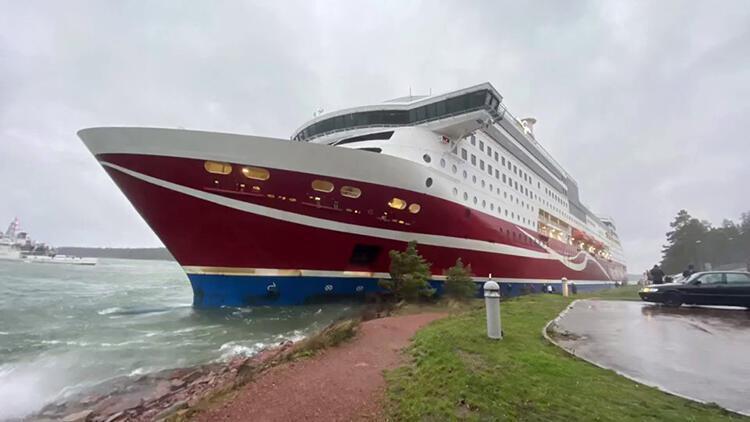 Finlandiya'da yolcu gemisi karaya oturdu, yolcular tahliye edildi