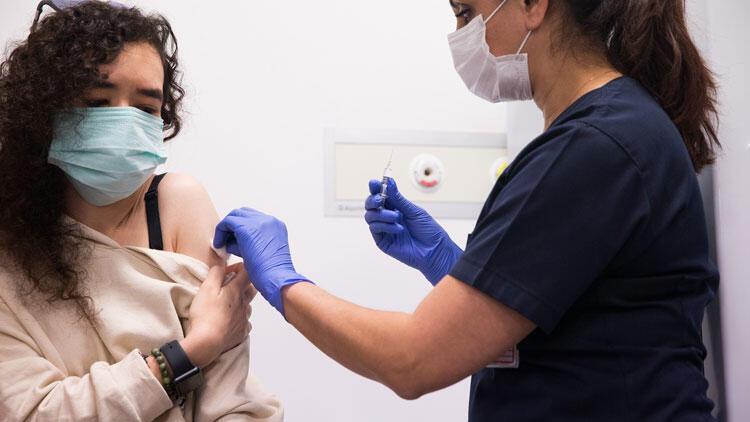 Çin aşısı için gönüllü olan öğretmen anne kız aşılandı