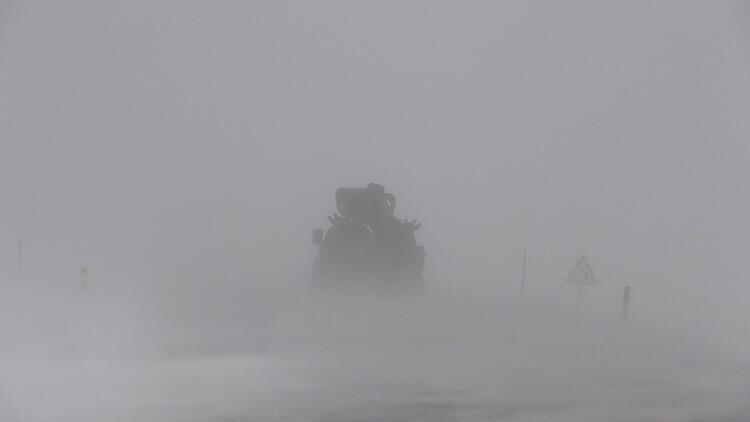 Kar ve tipiden göz gözü görmedi, sürücüler zor anlar yaşadı