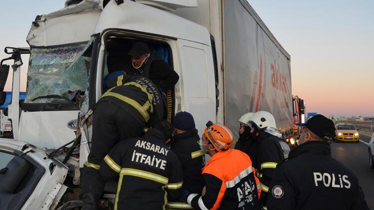 Aksaray'da TIR'a çarpan kamyonun şoförü, yarım saatlik çalışmayla kurtarıldı