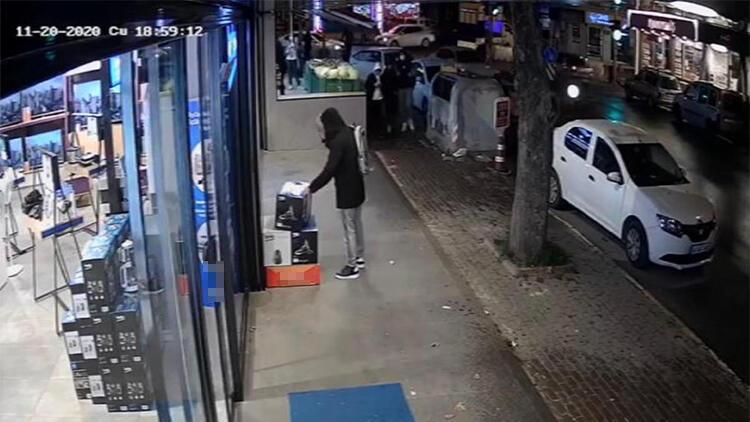 Tuzla'da dükkan önündeki süpürgeyi böyle çaldı