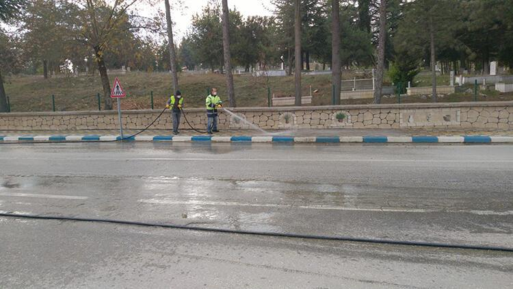 Cadde ve sokaklar klorlu su ile yıkandı