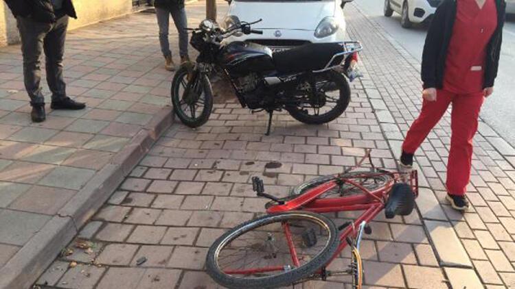 Motosiklet ile bisiklet kafa kafaya çarpıştı: 2 yaralı
