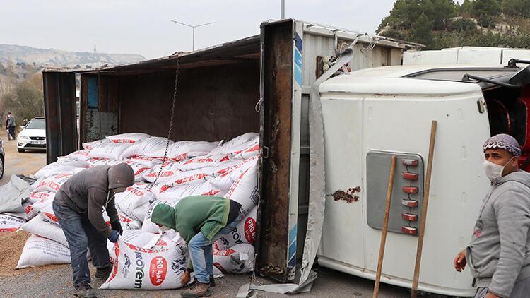 Burdur'da devrilen kamyonda yüklü yem çuvalları yola saçıldı