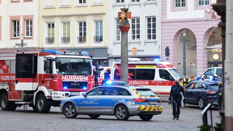 Arabayla kalabalığa daldı, 1'i bebek 5 kişi öldü