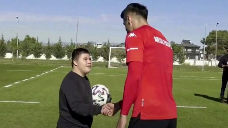 Antalyasporlu Jahovic, down sendromlu minik hayranı Furkan Tez ile bir arada