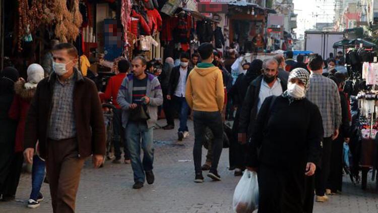 Adana'da koronavirüse davetiye çıkaran kalabalık