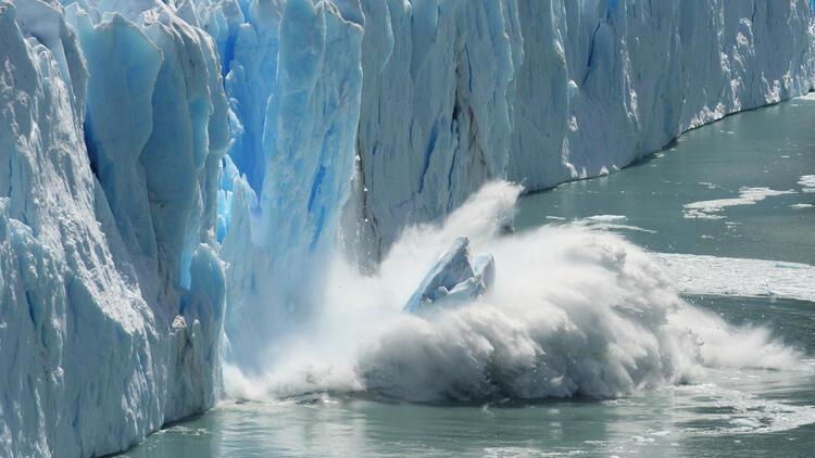 Dünyanın en büyük buz dağı hızla eriyor