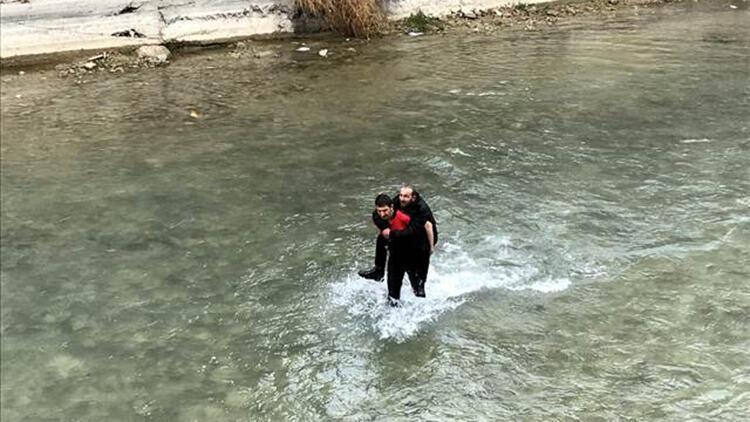Bayburt'ta köprüden düşen kişiyi itfaiye ekipleri kurtardı