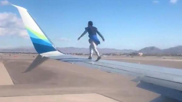 ABD'de akılalmaz olay! Kalkışa hazırlanan uçağın kanadına tırmandı