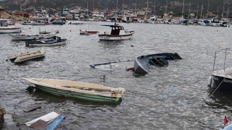 Foça'da fırtına nedeniyle tekneler battı