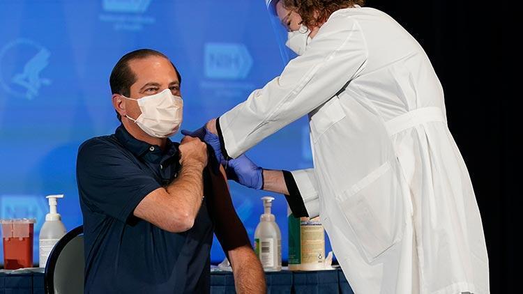 ABD Sağlık Bakanı ve ordu komutası koronavirüs aşısı yaptırdı