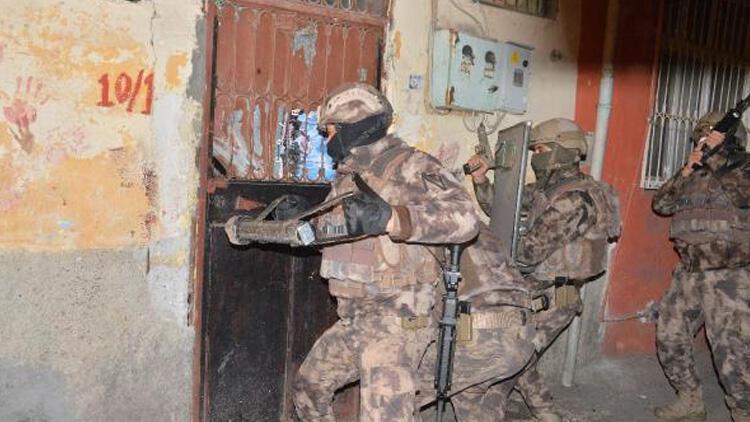 Adanada eş zamanlı DEAŞ operasyonu