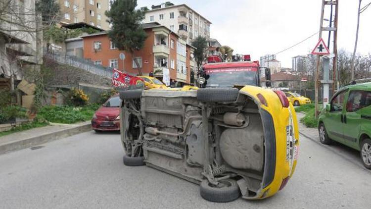 Kaza yapan taksi yan yattı! Sürücüyü itfaiye çıkardı