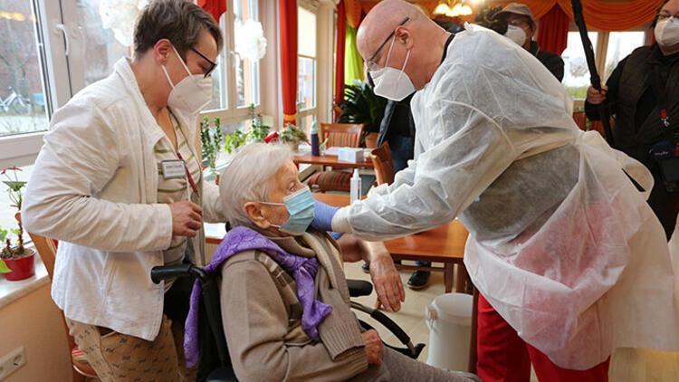Almanya'da ilk aşı 101 yaşındaki Kwoizalla'ya yapıldı