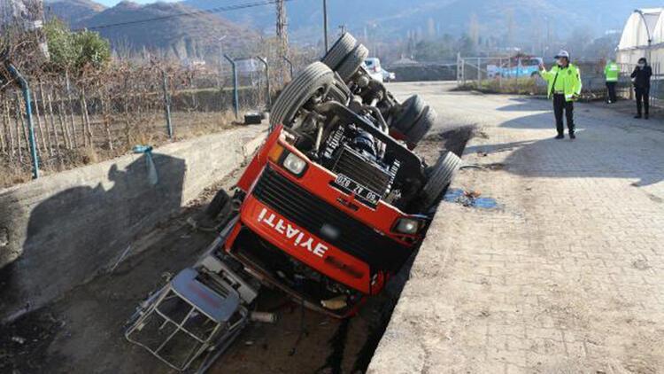 Tokat'ta geri manevra yapan itfaiye aracı devrildi: 2 yaralı