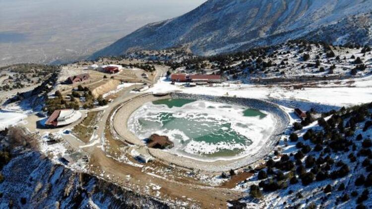 Erzincan'da Ardıçlı Gölü buz tuttu