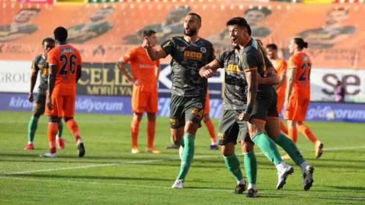 Süper Lig'in son şampiyonu Başakşehir galibiyeti unuttu