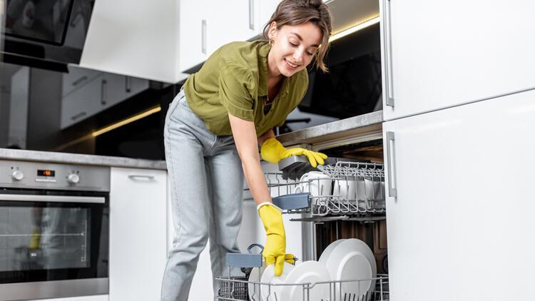 Türkiye'de birçok kişi bulaşıkları makineye koymadan önce sudan geçiriyor