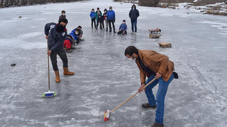 """Köylülerin buz tutan Kars Çayı'nda """"curling"""" keyfi"""