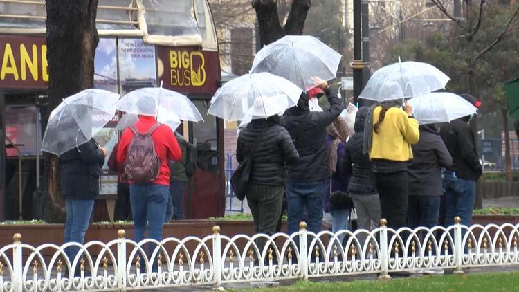 Turistler yağmura rağmen Sultanahmet Meydanı'nın keyfini çıkardı