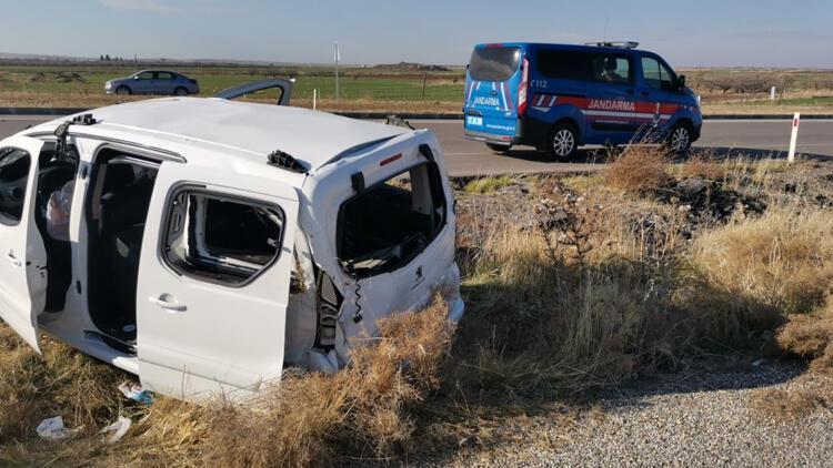 Gaziantep-Kilis karayolunda kontrolünü kaybeden araç taklalar atarak devrildi