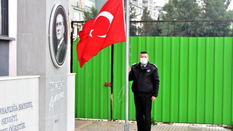 İzmir'de okul bahçesinde bayrak töreni