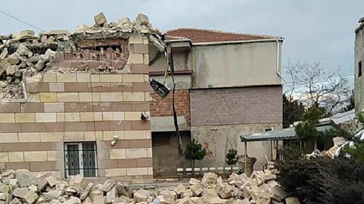 Niğde'de şiddetli fırtınada, minare evin üzerine devrildi