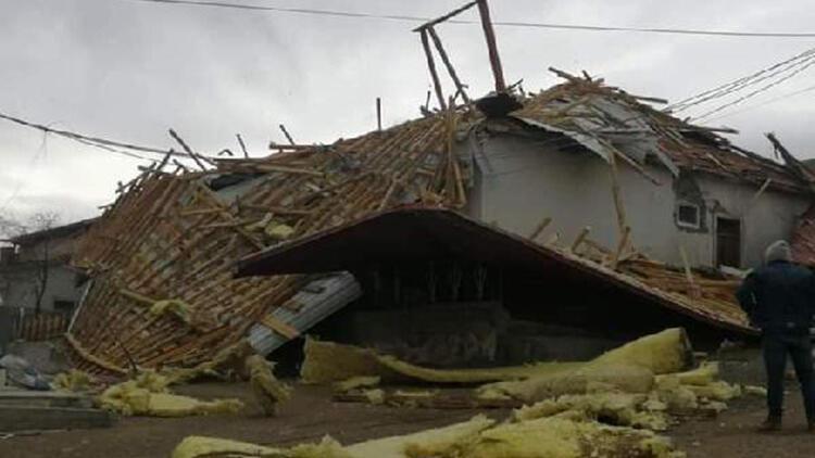 Otlukbeli'de fırtına; çatılar uçtu