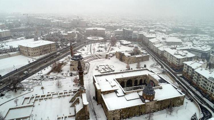 Sivas'ta kar sevinci; kent bembeyaz oldu