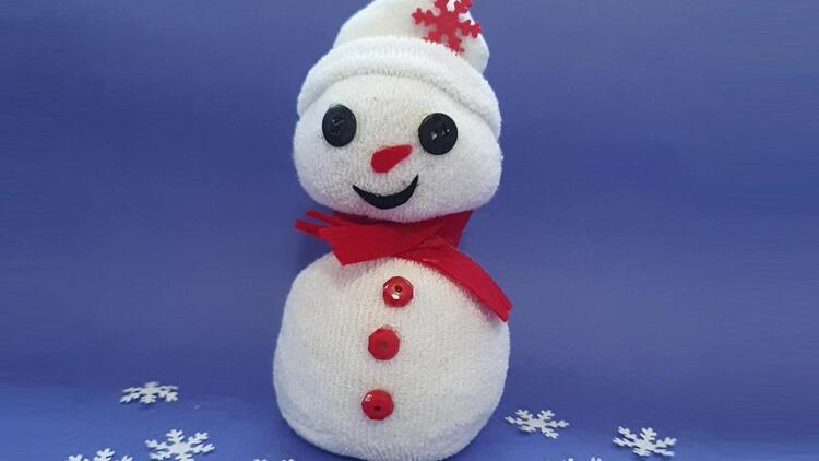 Evdeki malzemelerle ve çok basit: Çoraptan kardan adam yapımı